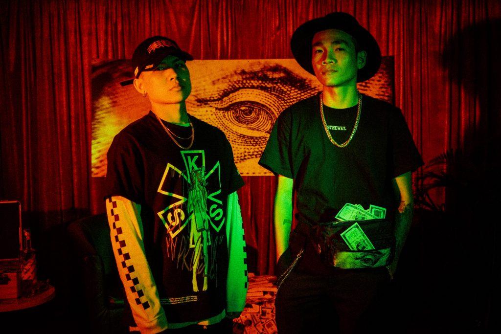 """5THEWAY drop bộ merchandise lấy cảm hứng từ dự án """"KHU***SONG"""" giữa WOWY khởi động cùng SMO và NVM trong pop-up /DARK ROOM/"""